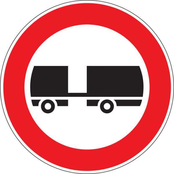 Transito vietato ai veicoli a motore trainanti un rimorchio